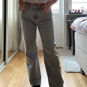 Raka grå Jeans från massimodutti. Frakt tillkommer | Storlek: 36 | Innerbenslängd: 72cm