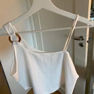 Ett vitt ribbat croppat linne. Det är från shein och är aldrig använt på grund av att det är förstort. Linnet är i storlek L och är något genomskinligt.