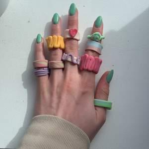 Jag gör alla möjliga olika funky rings som är själv lysande jag har många fler och kan göra alla möjliga färger och former jag gör special beställningar då kan priserna varierar 💖 skicka gärna mått så dom passar dig!