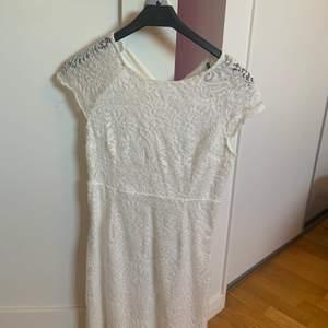 Studentklänning/sommarklänning! Den perfekta klänningen till studenten eller skolavslutningen. Skönt stretchigt material som formar sig efter kroppen. Supersnygg och använd endast en gång!