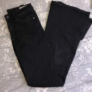 Supersnygga svarta bootcut från crocker jeans i storlek W25L32, men små i storleken ❤️