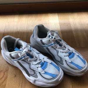 Knappt använda sneakers från din sko.