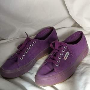 De här lila skorna älskar jag supermycket, men de är tyvärr för trånga för mig (som oftast bär 40). De är i superbra skick, och vill du ha mer bilder fråga gärna!