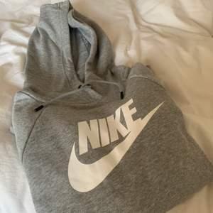 helt oanvänd jätte fin hoodie från nike. storlek XS. lappen kvar. nypris 300kr. säljer för 170kr + frakt :)