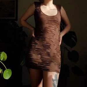 Härlig retro brun klänning med blommor. 🌸🌸🌼🌸 Blomdetaljer och genomskinliga mesh