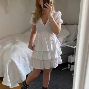 En vit klänning som passar perfekt till studenten eller skolavslutningen. Lappen finns fortfarande kvar och den är helt oanvänd. BUDA!💖💖💖