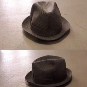 Stilig fransk vintage hatt Grande Marque made in france Impercork Paris Impermeabilibe Stl 59 Hatthålet, ca: 19,7 x 16 cm Far mest illa av att ligga i förrådet, läderbandet innuti behöver kanske bytas. Aldrig använd men lite medfaren av alla flyttar.