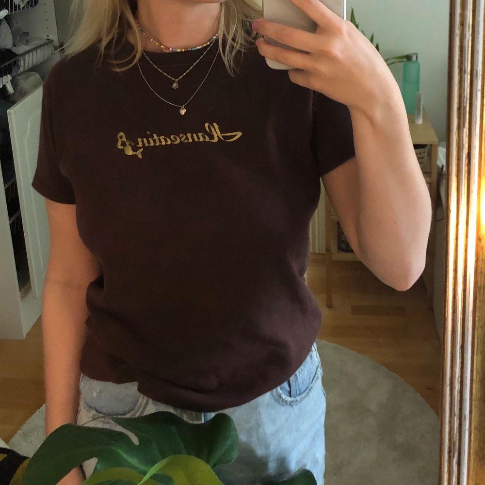 Brun tshirt i jättebra skick! Använd en gång, köparen står för frakt ❤️. T-shirts.