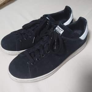 Adidas sneakers i jättefint begagnad skick. Mockalikt material. Storleken motsvarar 38/39🍀
