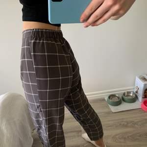 Säljer dessa byxor i storlek S från hm. Inte mycket använda. Jag är 175 cm💞