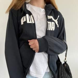 Säljer denna knappt använda svarta puma hoodien! Passar mig som är strl XS. Säljs då den inte kommer till användning, pris kan diskuteras. Köpare står för frakt💓