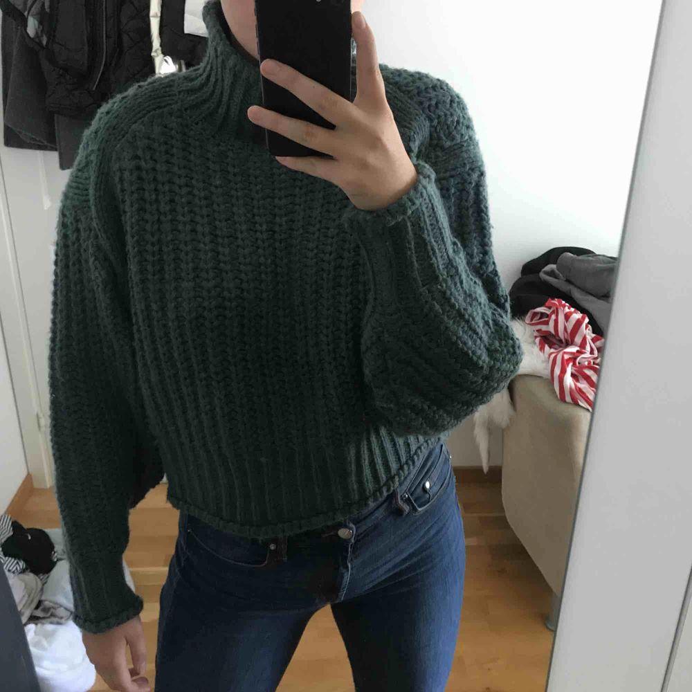 Jätte snygg stickad tröja från hm, i en mörk grön färg. Säljer för den inte används längre . Stickat.