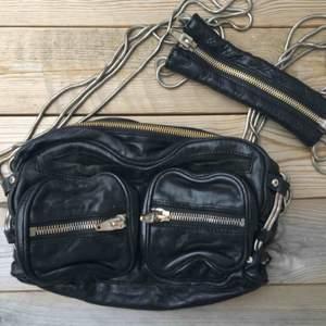 Ombloggad väska från Alexander wang.  Modell: Brenda chain shoulder bag.  Material: skinn Färg: svart  Nypris: 7.500kr   Äkta såklart.   Fraktkostnad tillkommer.   Små förslitningsskador på dragkedjan. Se bild.