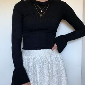 Svart superfin tröja med utsvängda armar och krage. Storlek S från Gina tricot.  40kr +frakt 💞