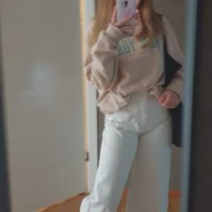 Vita jeans från gina tricot fina och använda ett fåtal gånger och köpta får några månader sedan.