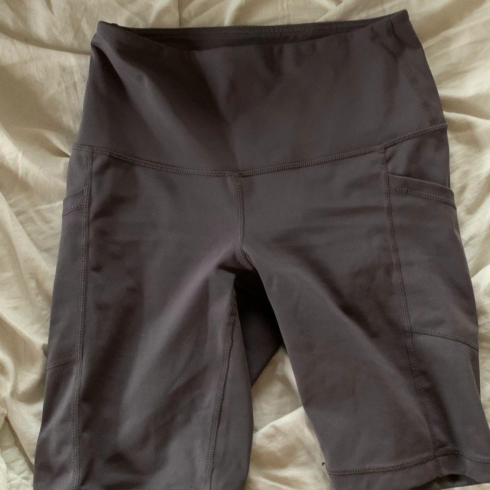 Knappt använd med påsar på bada sidor. Shorts.