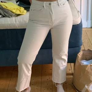 Vita jeans från weekday i modellen row som jag har klippt av själv, har även målat jokern på vänstra bakficka! Priset är exkl frakt (70kr)