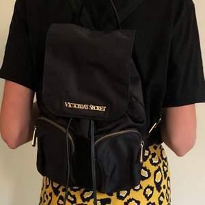 """En lite större Victoria Secret-handväska/""""ryggsäck"""", den är i väldigt fint skick förutom att delen som drar över banden när man stänger är lite sönder, men det går enkelt att fixa om man syr och det syns inte när väskan är stängd. Frakt tillkommer😊"""