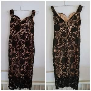Fin klänning/festklänning i spets/fodrad, se bilder där jag fått med alla detaljer osv. Storlek:S. Skick: Använt 1 gång.  (+frakt 66kr)