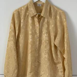 Jättefin glansig skjorta i luftigt material. Skulle säga storlek M-L, men funkar också för XS-S som lite mer oversized :) 60kr exklusive frakt!