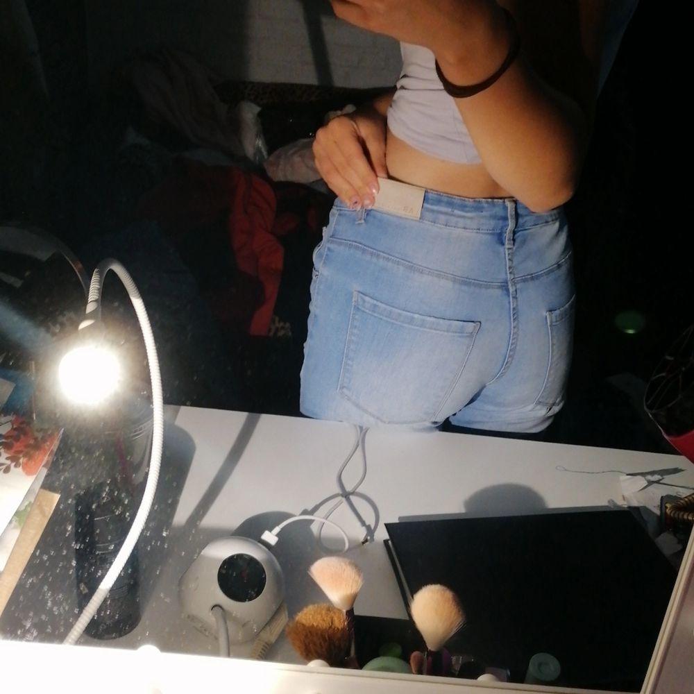 Ett par blåa jeans med så fina hål i💖 på mig är de lite stora vid ett speciellt ställe syns bild 3 precis vid grenen vid låren där arnas sitter de perfect💖 strl 170/S. Jeans & Byxor.