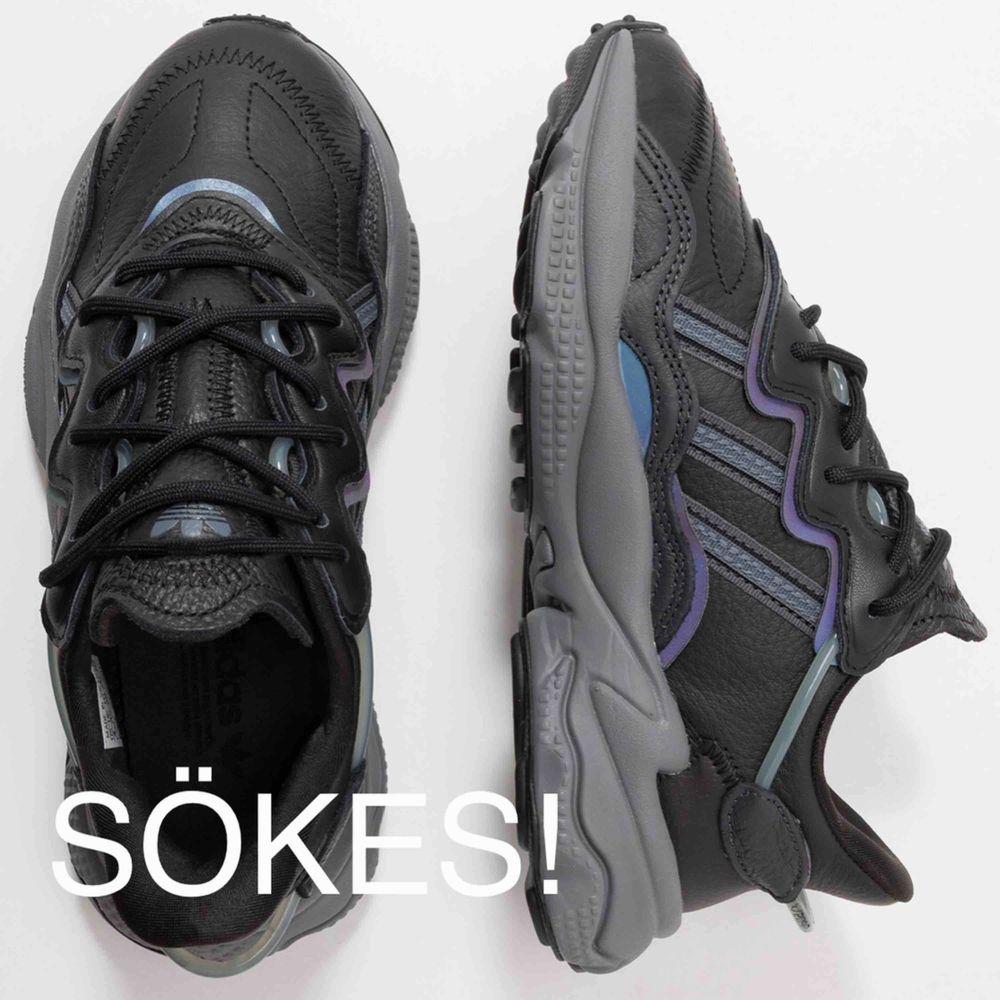 Adidas ozweego sökes i denna färgställning, mörkgrå med metallicdetaljer i storlek 38. Hit me up!. Skor.