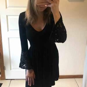Säljer denna jättefina svarta klänningen som tyvärr inte kommer till användning av mig. Den är bara använd 3 gånger. Superfin med trumpetarmar i spets och öppning på ryggen 🌸 Slutar vid mitten på låten och är i mjuk tyg. ❣️