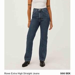 Mörkblå jeans från weekday Bara använd 1 gång så nästan helt nya Storlek 27/30 Fraktar