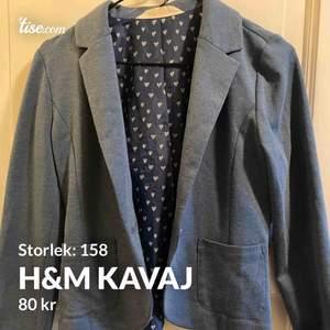 Snygg & stilren blå kavaj från H&m.  Fint skick🤩🥰