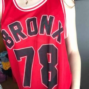 röd basket tröja från bikbok i stl S