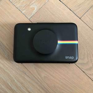 Polaroid mini kamera,med film i. Helt funktionell. Köpt för några år sedan vilket är därför lågt pris, säljer för att jag ej använder längre. Meddela vid ytterligare frågor. Just nu har jag många som är intresserade, säljer till högsta bud.
