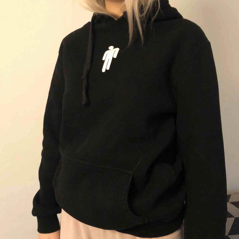 En Billie Eilish hoodie  Storlek M men sitter som en S . Huvtröjor & Träningströjor.