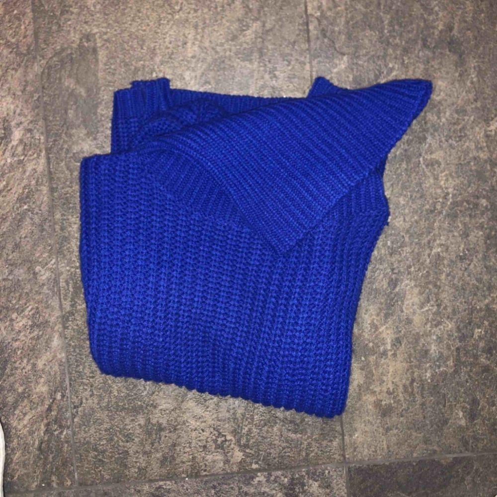 Om inte bilderna säger allt så säljer jag en blå stickad polotröja från Rut & circle. Tänkt mig 65kr kan även frakta mot fraktkostnad dock.  Storlek S Har vanligtvis XS men sitter bra och är ca 160. Stickat.
