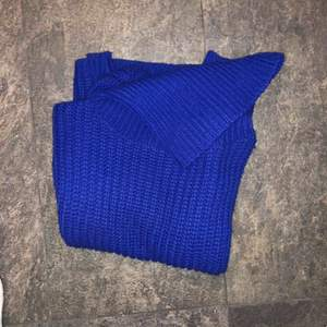 Om inte bilderna säger allt så säljer jag en blå stickad polotröja från Rut & circle. Tänkt mig 65kr kan även frakta mot fraktkostnad dock.  Storlek S Har vanligtvis XS men sitter bra och är ca 160
