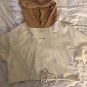 En skön och snygg croppad hoodie med snören i midjan så du själv kan välja hur tjat den ska sitta.