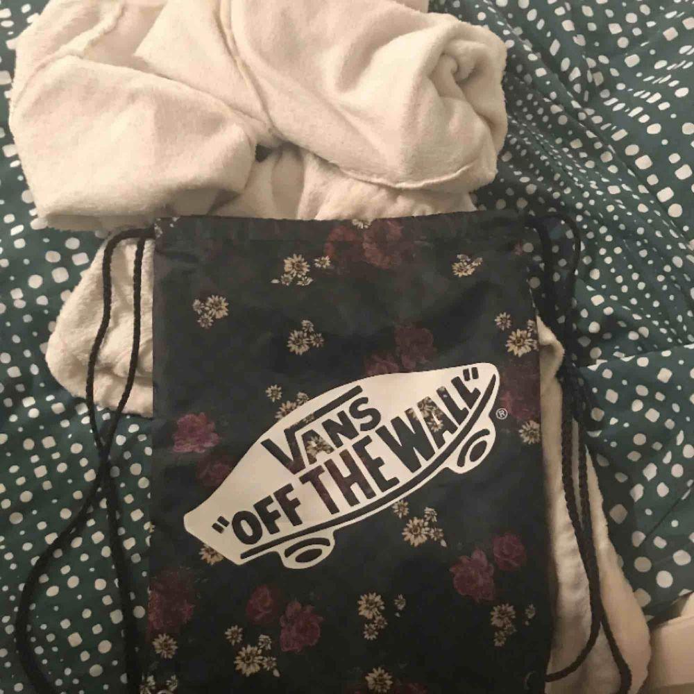 Helt oanvänd snygg gymbag från Vans, säljs då jag har två likadana. Perfekt att packa i till gymmet eller träningen.  Köpt för 130 kr  Köparen står för frakten. Väskor.