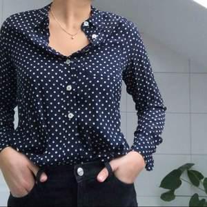 En skjorta från hobbs som går att ha som en vanlig skjorta eller knyten i midjan!