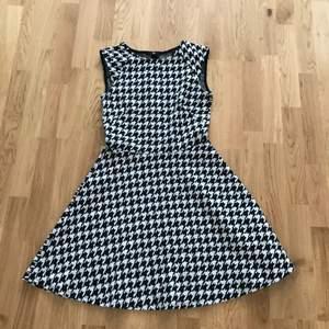 Hundtandsmönstrad klänning från H&M i strl S. Fint skick och fin modell. Frakt tillkommer på 45kr (postens blåa M-påse) 🍒