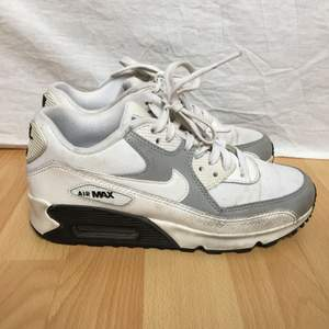 Äkta Nike Airmax skor. Lite använda men inte trasiga. Går nog att putsa upp dom lite. Använder dom inte längre så därför säljer jag dom. Möts upp i Sthlm eller skickas mot frakt.
