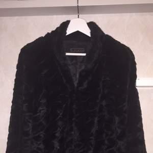 Säljer en svart pälsjacka ifrån Giovanna. Faux fur (ej äkta) päls. Kortare i modellen