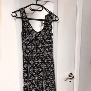 En klänning med öppen rygg från bikbok. Står ingen storlek i men skulle uppskatta den till en S. Använd en gång. Köparen står för frakten :) Ansvarar inte för postens slarv.