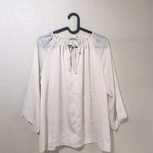 Finblus i silkeslätt tyg, är inte genomskinlig men har en glans till sig. Med snörning vid hals.  Köparen betalar eventuell frakt ✨