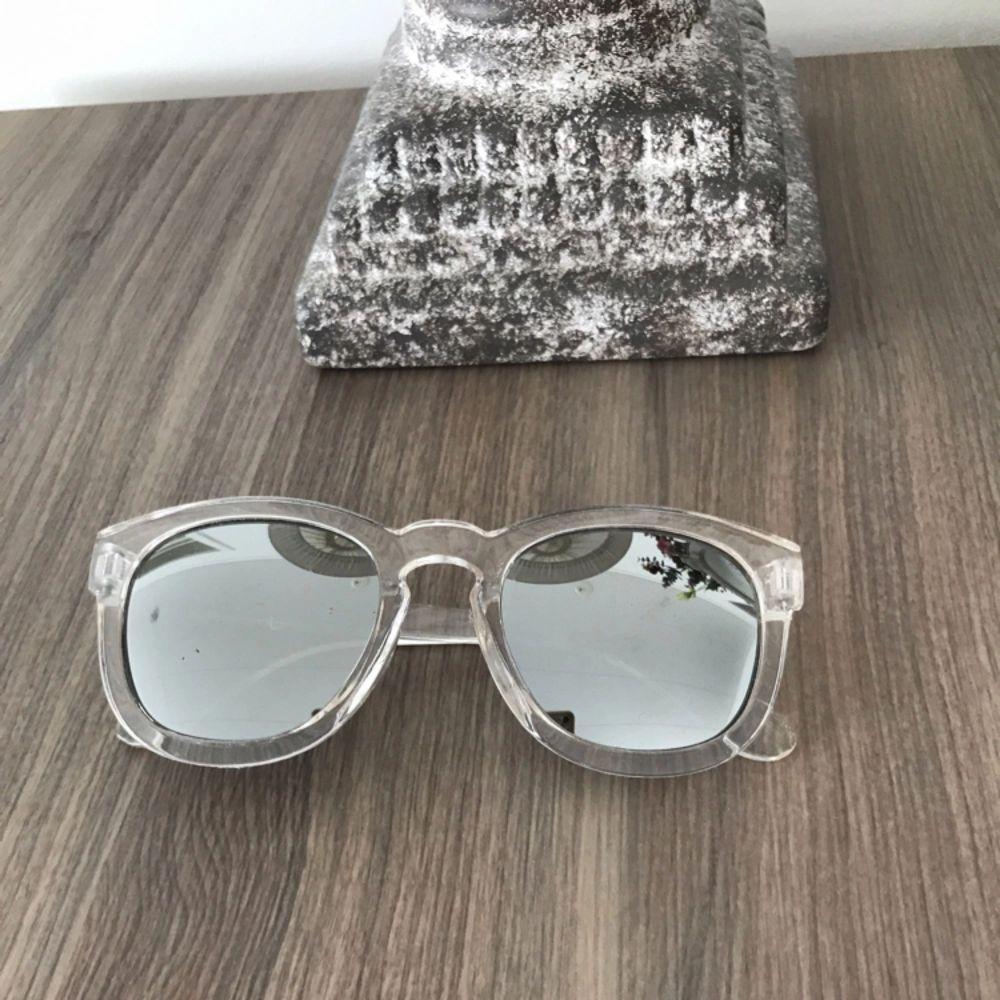 Säljer dessa solglasögon som är genomskinligt.. Accessoarer.