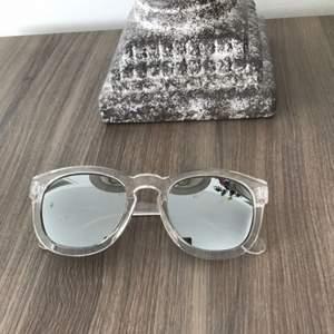 Säljer dessa solglasögon som är genomskinligt.