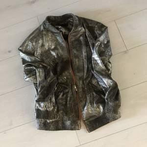 En jätte snyggt silver/ grå jacka från zara women. Som ny. Knappt använd. Passar till allt. Priset kan diskuteras.