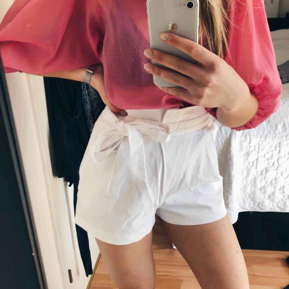 Shorts från Zara som knyts i midjan, storlek S.. Shorts.