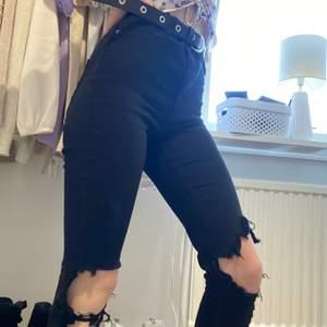 Svarta Gina jeans med hål på knäna. Välanvända men bra skick! 210kr ink frakt!