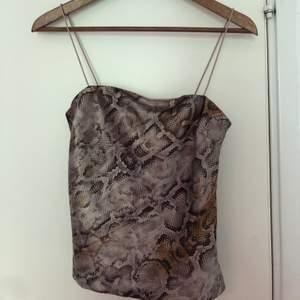Topp i silke med ormprint, aldrig använd! Från Chiquelle💫