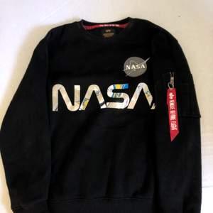 Alpha industries nasa sweatshirt, från:Alpha industries, str: L (herr storlek so ganska stor i storleken) köpt för: 800