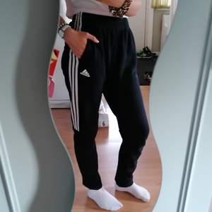Adidas byxor i mjukis material med snören inuti🌸 Inga fläckar eller hål, ny skick, väldigt mjuka och sköna inuti och har 2 fickor🌸 storlek S men skulle även säga att de passar en M om man vill ha de lite tajta (garanterar inget) 🌸(frakt tillkommer) 🌸